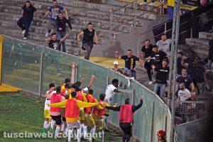 Sport - Calcio - Viterbese - La squadra esulta assieme ai tifosi