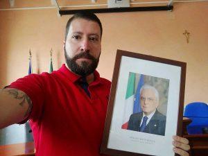 Luca Marsella con la foto del presidente Mattarella