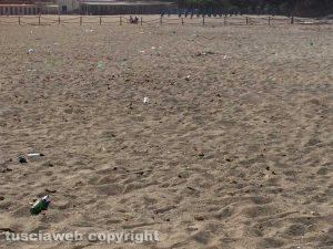 Tarquinia - Rifiuti sulla spiaggia libera di S. Agostino