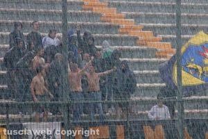 Sport - Calcio - Viterbese - I tifosi della curva sotto il diluvio