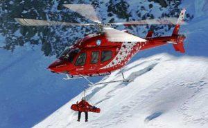 Alpi - Un elicottero della Zermmat Air impegnato nei soccorsi