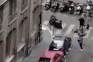 Parigi - Ragazzo accoltella passanti per strada