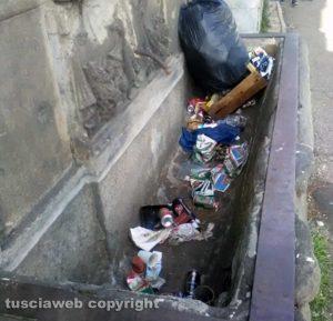 Viterbo - Piazzale Gramsci - Fontanile pieno di rifiuti