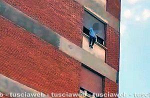 Viterbo - Ragazza minaccia di lanciarsi dalla finestra a piazzale Gramsci