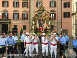 I facchini di santa Rosa portano la macchina della Madonna liberatrice