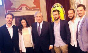 Il presidente del Parlamento europeo Antonio Tajani con i giovani viterbesi