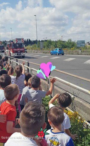 Viterbo - I bimbi della scuola d'infanzia di Villanova salutano i vigili del fuoco