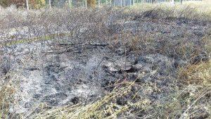 Incendio in un campo di sterpaglie