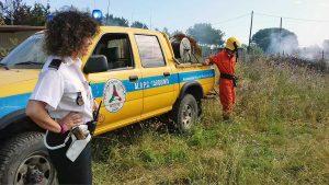 Incendio in un campo di sterpaglie - L'intervento della polizia locale e della protezione civile