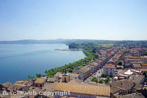 Marta con il lungo lago e il porto