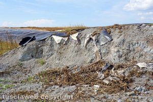 Vetralla-Cinelli - I punti di rottura della copertura della discarica