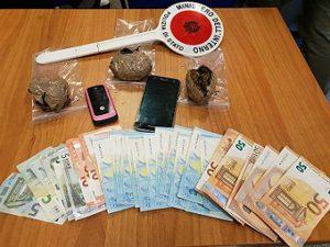 La droga e le banconote sequestrate dalla polizia