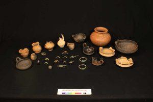 Gli oggetti trovati nella tomba