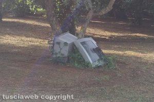 Carbognano - Due televisori abbandonati lungo la strada