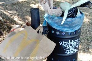 Viterbo - Mazzetta - Il cestino pieno di rifiuti