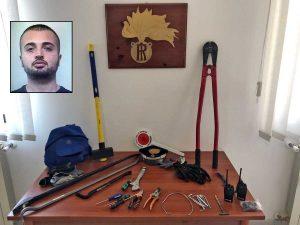 Le armi sequestrate dai carabinieri e, nel riquadro, Cybi Mariglen