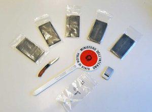 Viterbo - La droga e il materiale sequestrato dagli agenti della mobile