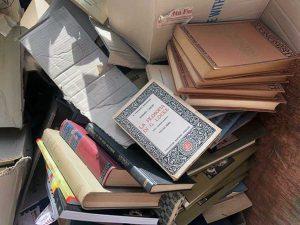 Sutri - Libri antichi e rari buttati in discarica
