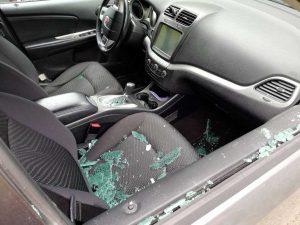 Roma - Spacca vetro dell'auto per rubare all'interno