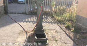 Attaccano il tubo alla fontanella della stazione e rubano l'acqua