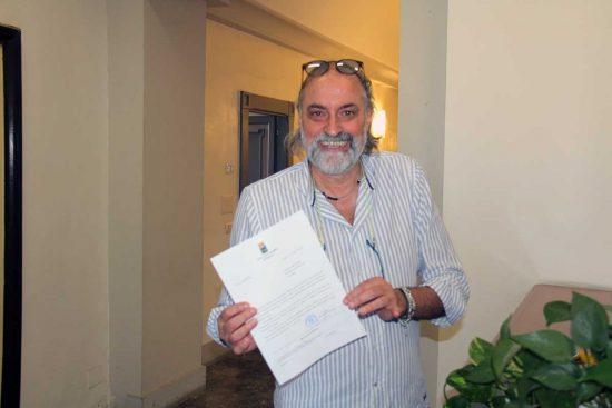 Sergio Insogna con la lettera d'accettazione