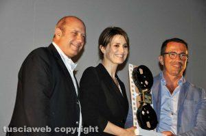 Tuscia Film Fest - Paola Cortellesi riceve il premio Pipolo dalle mani di Andrea De Simone di Confartigianato