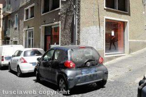 Viterbo - L'auto che ha bloccato piazza della Crocetta