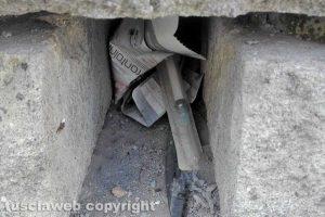 Montefiascone - Una siringa dentro una fessura del muro