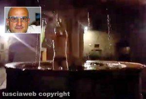 Viterbo - Stefano Caporossi in mutande nella fontana di piazza del Gesù