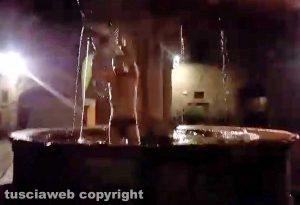 Viterbo - Stefano Caporossi, tuffo nella fontana a piazza del Gesù