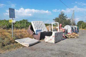 Viterbo - Incredibile abbandono di rifiuti ingombranti in strada Freddano