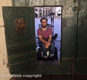 Viterbo - Un disabile bloccato sul portone di palazzo dei Priori