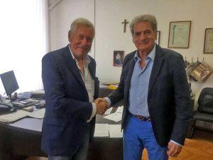 Il passaggio di consegne tra il sindaco Giovanni Arena e il suo predecessore Leonardo Michelini