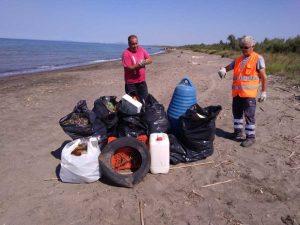 Gli operai raccolgono rifiuti in spiaggia