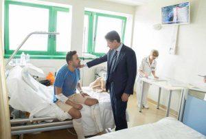 Inferno in tangenziale a Bologna - Il premier incontra il poliziotto Riccardo Muci in ospedale