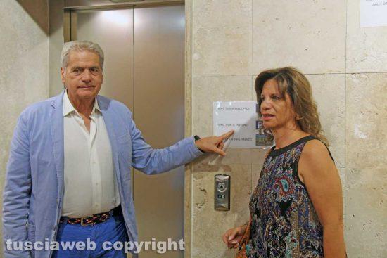 Il sindaco Giovanni Arena e l'assessora Laura Allegrini alla nuova fermata dell'ascensore in via Sant'Antonio