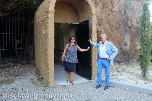 Arena e Allegrini all'uscita dell'ascensore su via Sant'Antonio