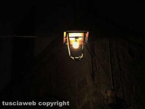 Viterbo - Via San Lorenzo al buio o quasi - Una delle lampadine da casa