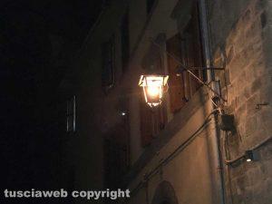 Viterbo - Via San Lorenzo al buio o quasi - Una delle lampadine degli anni Quaranta istallata per la serie televisiva Catch 22, diretta da Clooney