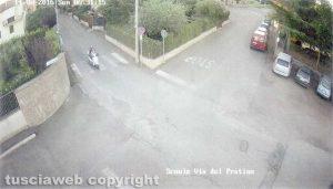 Tuscania - Omicidio Angelo Gianlorenzo - Aldo Sassara sul motorino mentre va in campagna - Per gli inquirenti indossa una camicia - Ore 6.31, via del Pratino (Capodimonte)