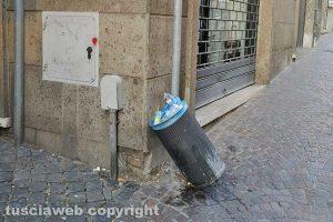 Viterbo - Cestino a terra in via Garibaldi