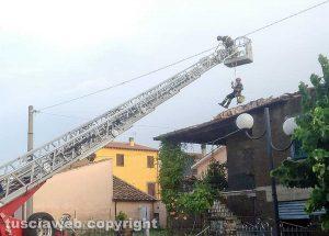 Graffignano - Tetto scoperchiato dal maltempo - L'intervento dei vigili del fuoco