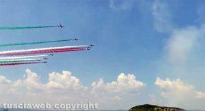 Le Frecce Tricolori sorvolano il lago di Bolsena