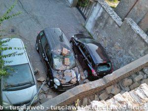 Vignanello - Auto si sfrena finisce contro un muro e le pietre cadendo distruggono altre macchine