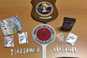 Civita Castellana - La droga e il materiale sequestrato dai carabinieri