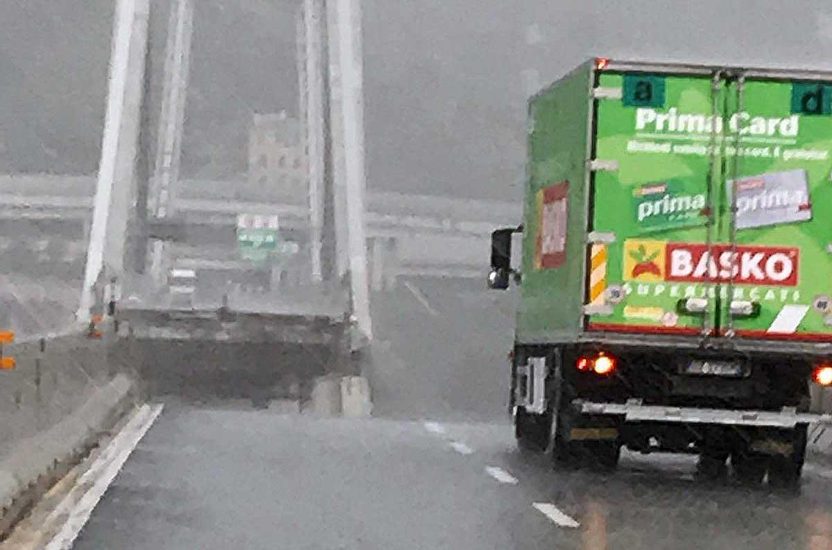Genova, crolla ponte autostradale: le carreggiate precipitate al suolo per cento metri