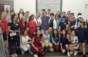 Turisti cinesi in Comune con il sindaco Bigiotti