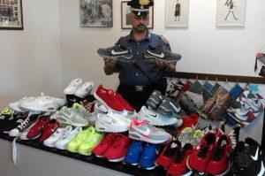 Le scarpe sequestrate dai carabinieri