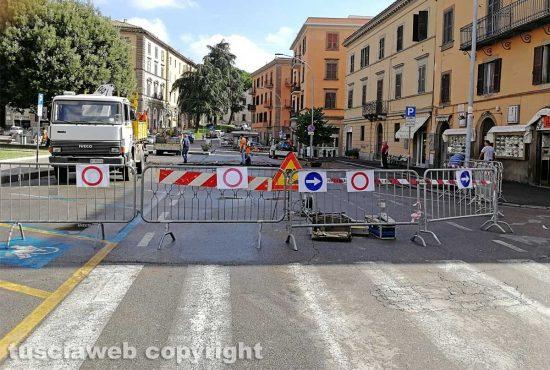 Viterbo - Piazza della Rocca chiusa per la voragine