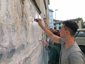 Viterbo - Gli studenti ridipingono il muro del Buratti